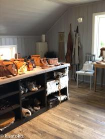 地元の革製品の店