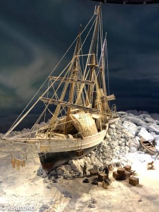 北極海の氷床に座礁するフラム号